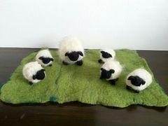 【即決】ハンドメイド★羊毛フェルト☆子羊5匹と親羊セット&芝生マット付き♪