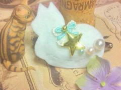 ハンドメイド*・゚ネコモチーフスリーピン香箱座り白猫/大きめフェアリー流れ星☆彡