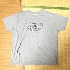 大きいサイズ4L・ロゴ&ネコキャラクタープリントTシャツ。