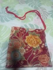 ☆新柄赤×紗綾型金彩鶴丸富士牡丹鞠柄ナナメ掛巾着袋