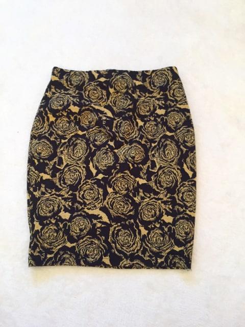■ひざ上■黒ゴールドお花■タイトスカート■ウエストゴム■M < 女性ファッションの