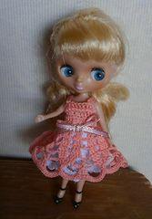 プチブライスコーラルピンクのレース編みミニドレス