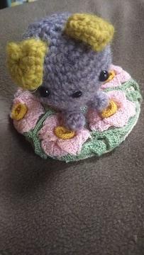 手編みの座布団とネコ