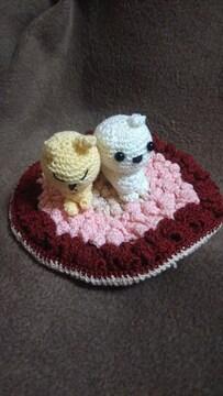 手編みのあみぐるみ、ウサギと犬と座布団