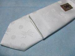 菊の御紋と鳳凰が織り込まれた純白チーフ付きネクタイ/金