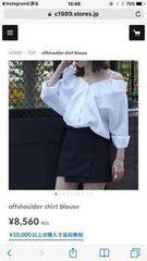 オフショルホワイトシャツ