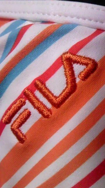 フィラ〓ロゴ刺繍&マルチカラーボーダー柄ホルターリボン三角ビキニスカパン水着〓オレンジ < 女性ファッションの
