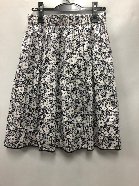 未使用アマカAMACAスカートひざ丈小花柄コットン100%フレアホワ < ブランドの