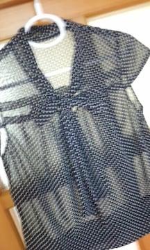 胸元リボン結びがかわいい水玉柄ブラウス